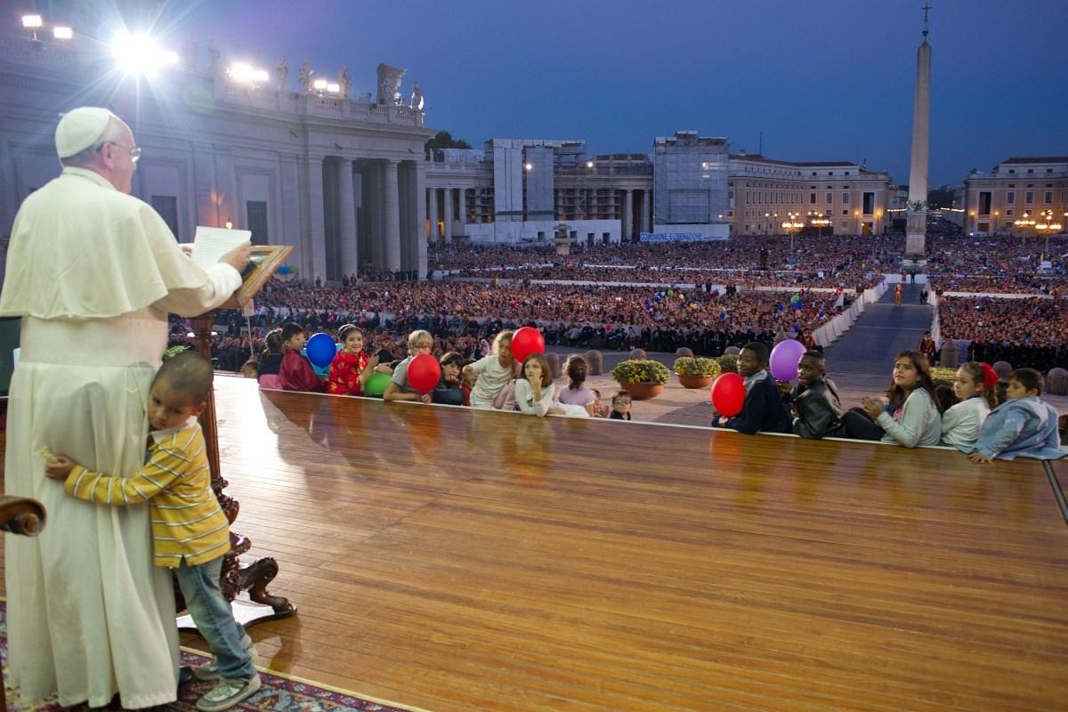 Nem tudtak leszedni egy kisfiút a pápa lábáról – videó