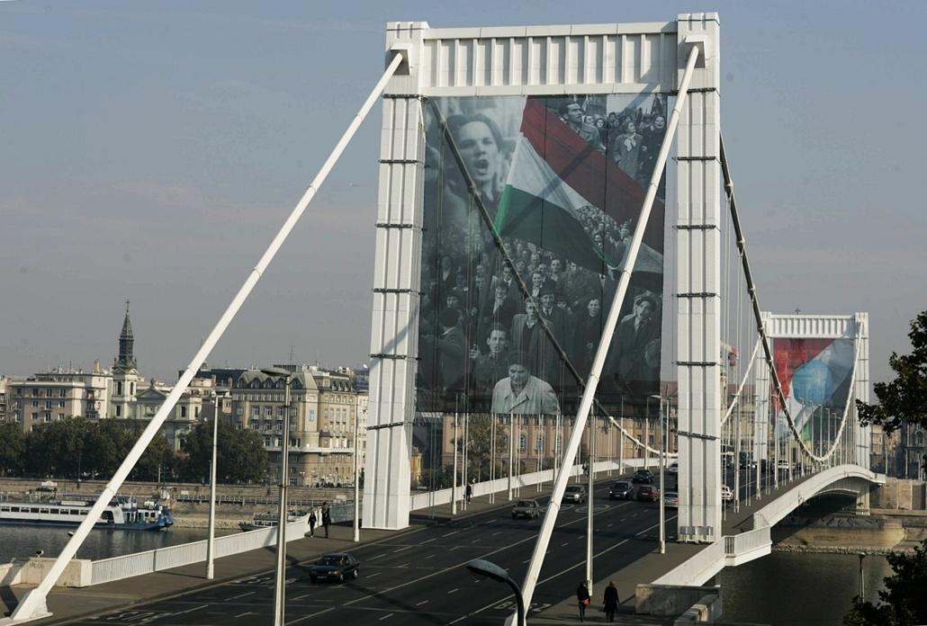 tg.06.10.21. - a forradalom egy fotójával és lyukas nemzetiszínű zászlóval feldíszített Erzsébet híd. - Erzsébet híd,nagyítás