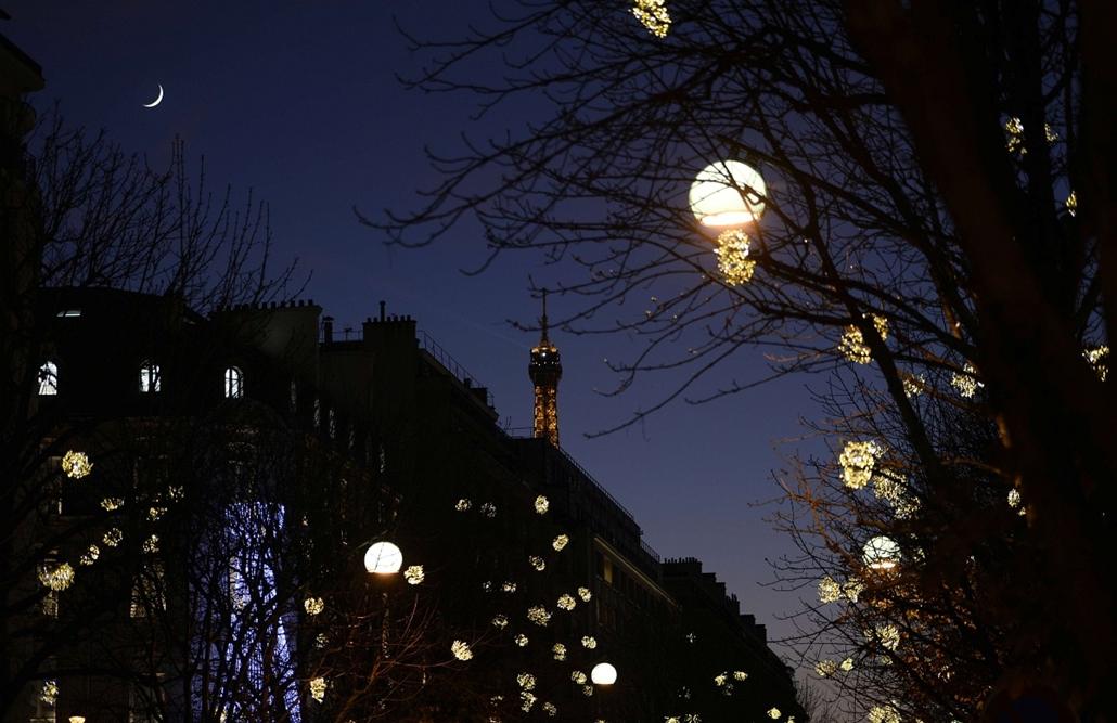 afp. nagyításhoz - égők, karácsonyi dekoráció, fények, fényfüzér, advent - Párizs, Franciaország