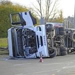 Egy nagy rakás fémet szállított a Csepelen felborult kamion – fotó