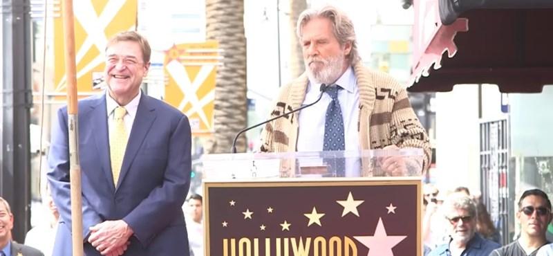 Jeff Bridges újra Lebowski bőrébe bújt barátja kedvéért – videó