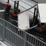 Nem elég a hó, most kamionról leesett targoncák miatt esett el a pilisvörösári aluljáró és a 10-es út – fotók