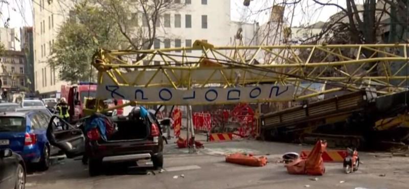 Daru zuhant egy autóra Bukarestben