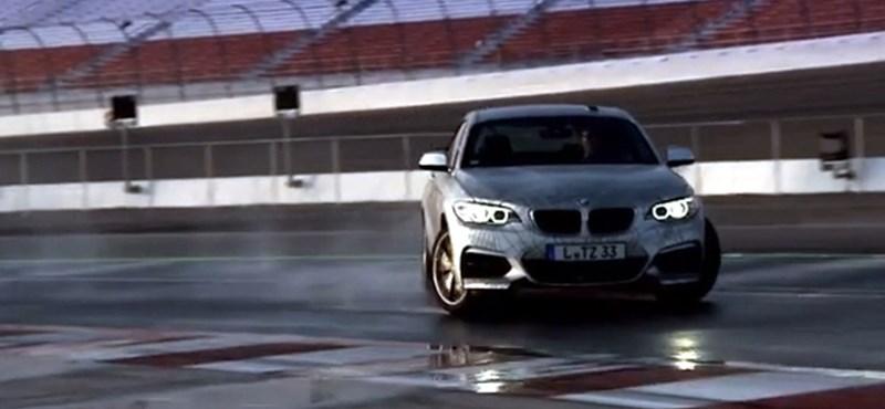 Videó: így driftel a BMW önjáró autója