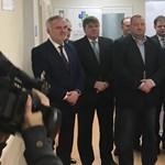 Migránsozva adott át kórházi osztályt Németh Szilárd