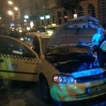 Kigyulladt egy taxi az Instantnál