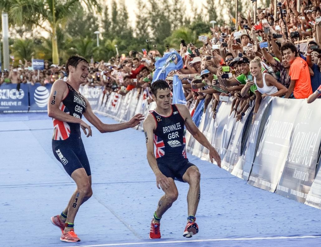 afp.16.09.19. - Cozumel, Mexikó: A Brownlee-testvérpár a triatlon-világbajnokság utolsó, mexikói állomásán a cél előtt. Alistair segített testvérének, Jonathan-nak. - évképei, 7képei, paralimpia