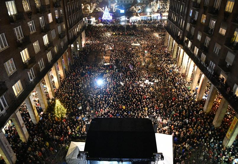 """""""A kultúra nem a politikusoké"""" - ezrek tüntettek a színházak szabadságáért"""