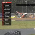 Videó: 11 autó tört össze ugyanott egy autóversenyen