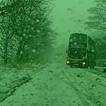 Ha nagy a baj, még egy emeletes busz is elképesztőt driftel a hóban – videó