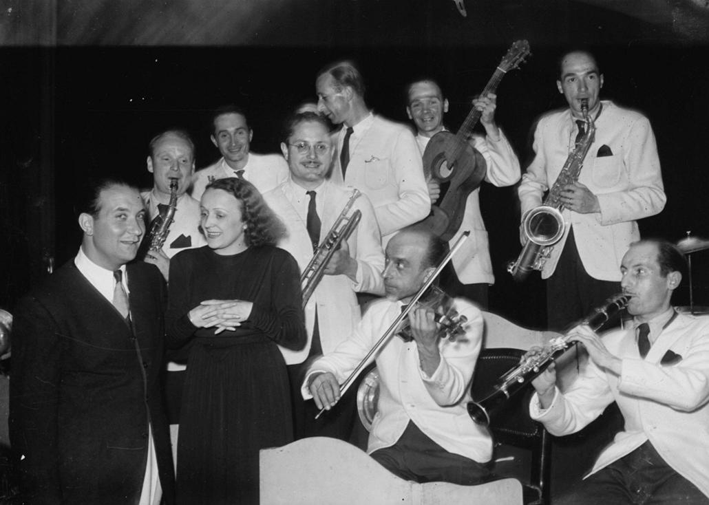 1943. augusztus - Párizs, Franciaország: fellépés Fred Adison zenekarával francia munkások előtt a Gaumont Palace épületében - Edith Piaf