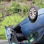 Ezért ne mobilozzon vezetés közben, úgy járhat, mint ez az autós – videó
