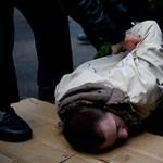 Így hurcolták el a rendőrök az LMP-seket és Gyurcsányt - Nagyítás-fotógaléria