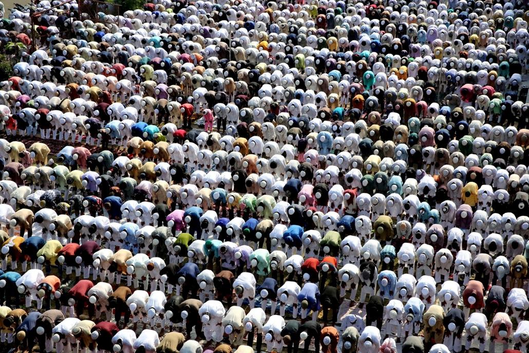 mti.16.09.13. - Bhopal, 2016. szeptember 13. - Muzulmánok imádkoznak az indiai Bhopalban lévő Moti Maszdzsidban (Gyöngyházmecset) 2016. szeptember 13-án, az íd al-adha ünnep második napján. Az áldozati ünnep alkalmából a muzulmán hívők bárányokat, szarvas