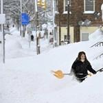 Derékig érő hóval köszöntött be a tél a Középnyugaton - videók