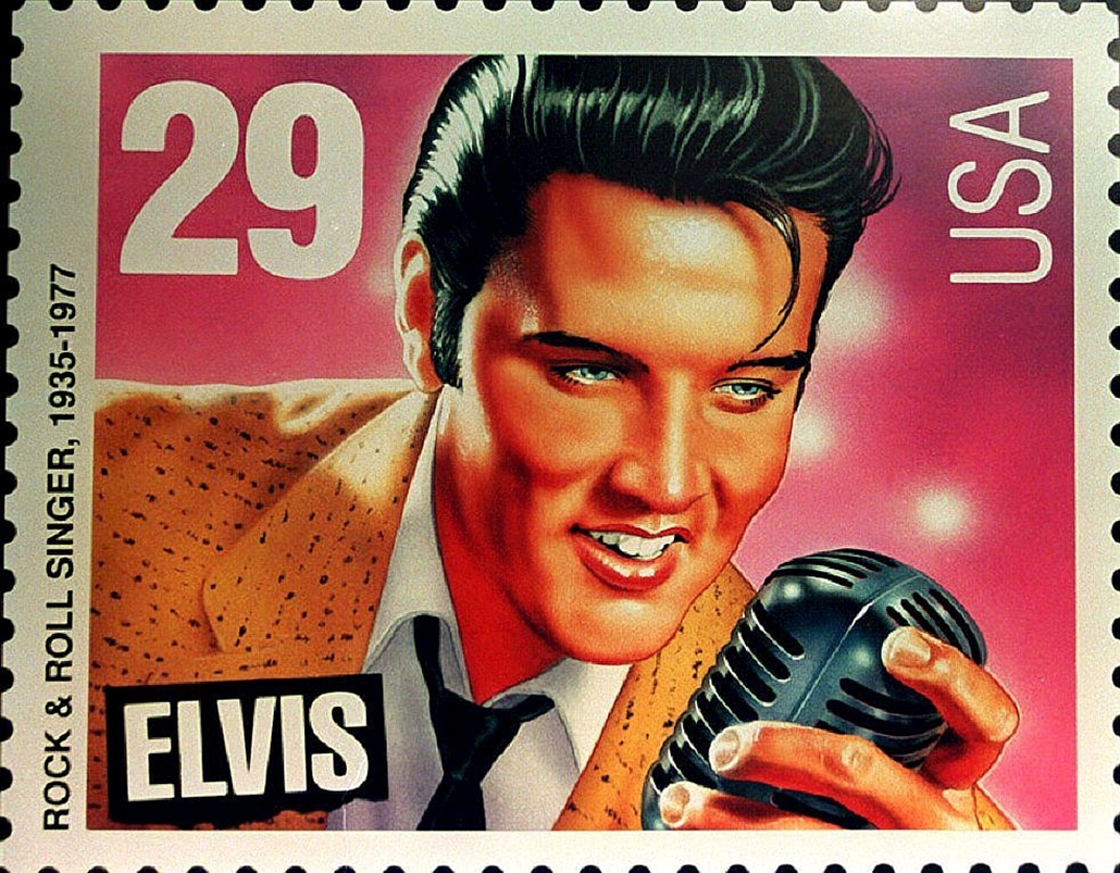 afp. Elvis Presley 80 nagyítás - 1992.06.04. UNITED STATES, FILES : This 04 June 1992 file photo shows the commemorative stamp bearing the likeness of a youthful Elvis Presley. The stamp went on sale nationwide 08 January, 1993. The U.S. Postal Service ha