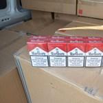 NAV-os videó: 2500 darab cigarettás doboz volt beépítve ebbe az autóba