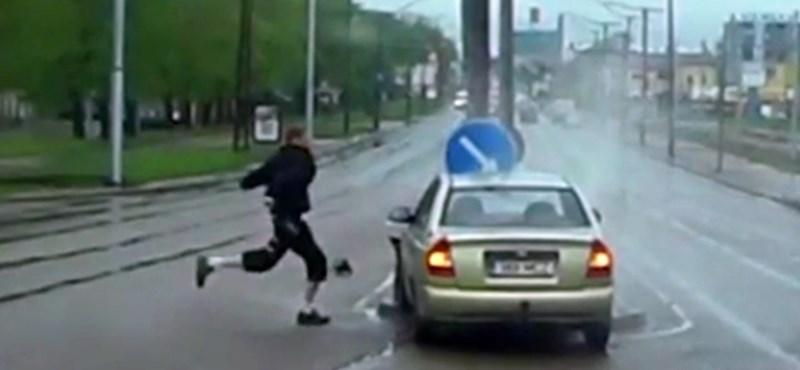 Kétszer szabálytalankodott a sofőr, de csak egyszer úszta meg ép bőrrel – videó