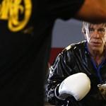 Döbbenetes fotók a szétplasztikázott, bokszmeccsre készülő Mickey Rourke-ról