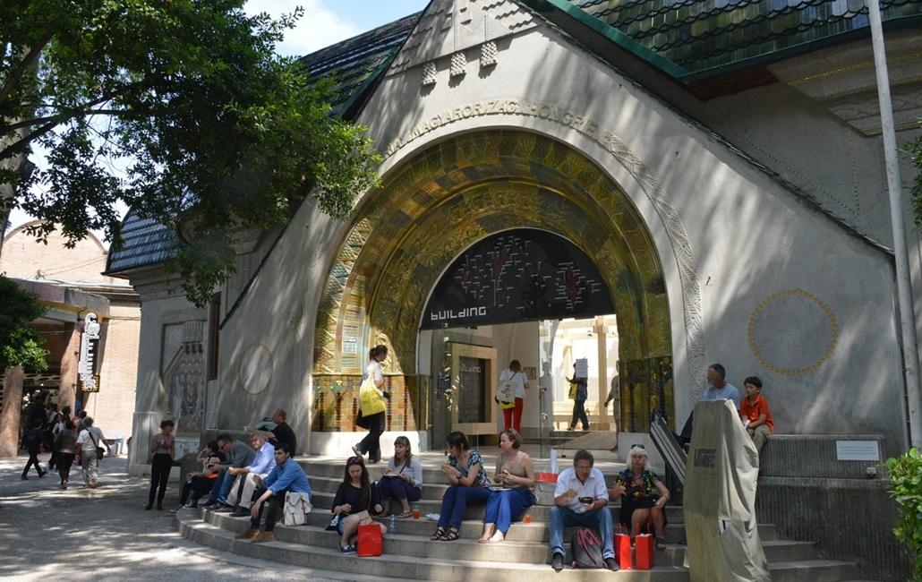 kka. Velencei Biennále 2014.06. nagyításnak - A magyar pavilon lépcsője kedvelt pihenőhely