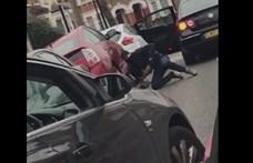 Nem vacakoltak, fényes nappal vágja ki a tolvaj az autó aljáról a katalizátort – videó