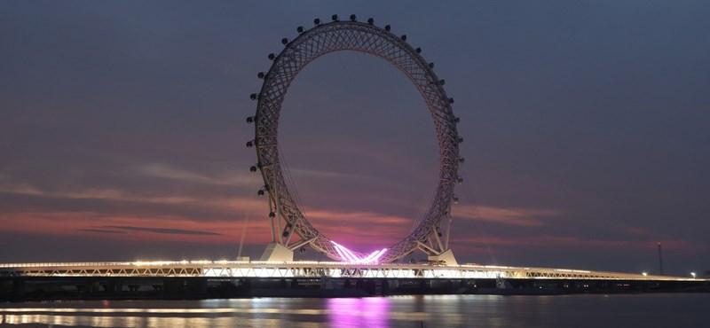 Fél óra alatt tesz meg egy kört a világ legnagyobb, tengely nélküli óriáskereke – fotók