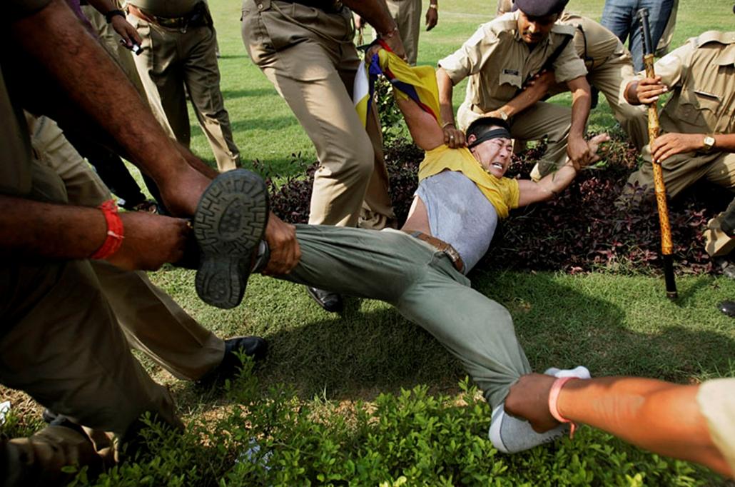 Tibeti tüntető visznek el a rendőrök Kína Új-Delhiben lévő köveetsége elől. Nem mindenki öröme felhőtlen.