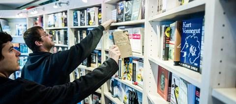Tömegek olvassák ezt az öt könyvet: ezek a művek állnak a sikerlisták élén