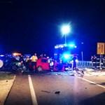 Több autó ütközött, hárman meghaltak a 4-es úton