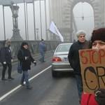 A Lánchidat már lezárták, délután az ellenzék tüntet