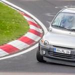 Az egyik legérdekesebb, amikor nagyon nem oda való autók mennek a Nürburgringen - videó