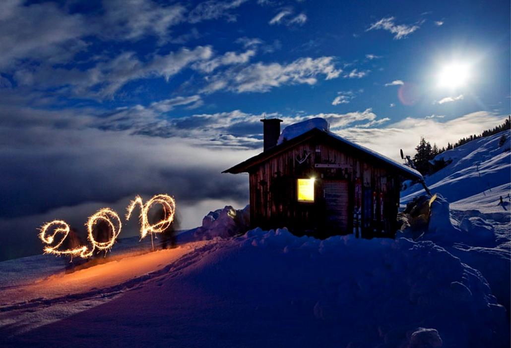Újévköszöntőképpen 2010-et rajzolják csillagszórókkal a levegőbe szilveszterezők a svájci Alpokban egy hegyi kunyhó mellett 2010. január 1-jén.