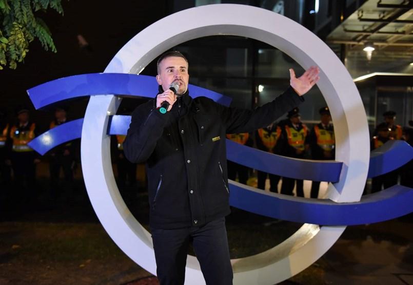 A köztévé épülete elé vonultak a jobbikosok és Hadházyék is, Orbán kampánynyitó beszédet tartott- ÉLŐ