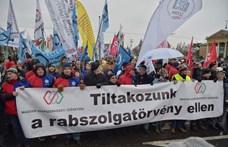 """""""Rabszolgatörvény a négyzeten"""" – Felháborodtak a szakszervezetek azon, amilyen válságkezelést a gyárosok kértek"""
