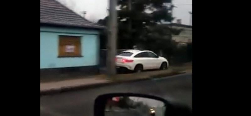 Videó: simán végigelőzi a járdán a sort ez a Merci Csepelen