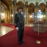 Már nem a Köztársasági Őrezred védi a koronát