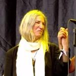 Így énekelt a tömeg a Glastonburyn a dalai lámának - videó