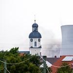Porig rombolták egy német atomerőmű hűtőtornyait