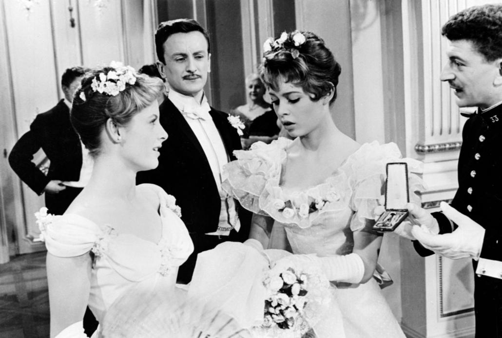 afp.1955. - Párizs, Franciaország: Catherine Anouilh, Claude Rich, Brigitte Bardot és Yves Robert a ''Les Grandes Manoeuvres / A nagy hadgyakorlat'' forgatásán - Brigitte Bardot nagyítás