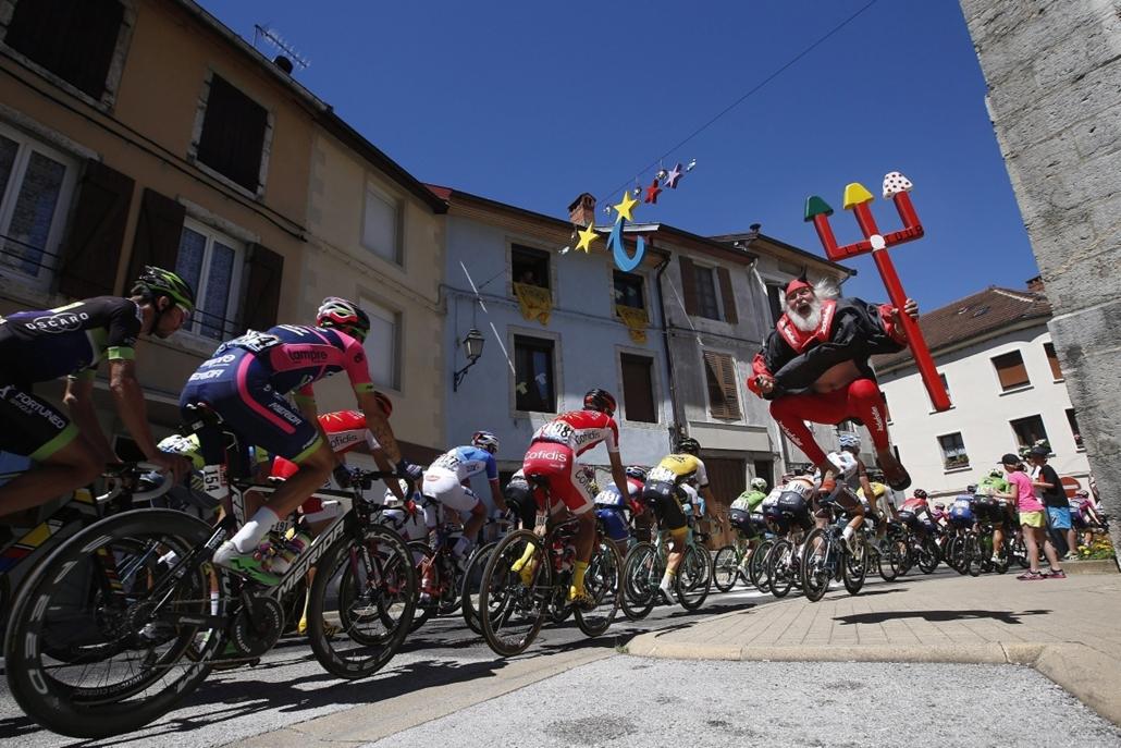 epa.16.07.18. - Moirans-en-Montagne, Franciaország: Rajt után a tizenhatodik, Moirans-en-Montagne - Bern közötti 206 kilométeres szakasz mezőnye július 18-án. - Tour de France nagyítás