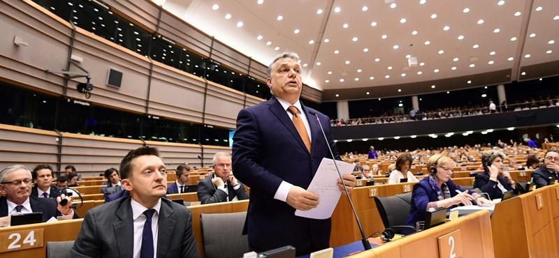 Sem kiköpni, sem lenyelni nem tudja Orbán Viktort az unió és a Néppárt