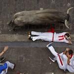 Emberek közé rontott egy bika egy spanyol fesztiválon - videó