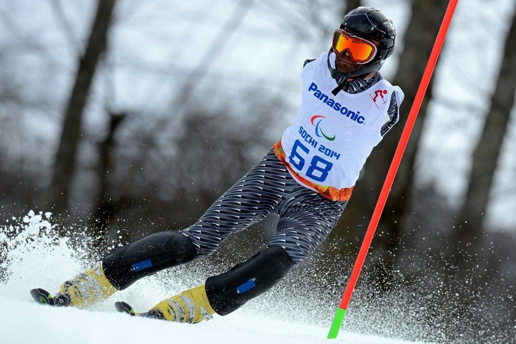afp.14.03.13. - Szocsi, Oroszország: az örmény paralimpikon, Mher Avanesyan érkezik a férfi alpesi sí szlalom számában