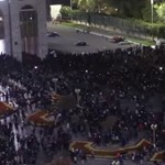 Betörtek a parlamentbe a tüntetők Kirgizisztánban, börtönből hozták ki a volt elnököt