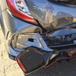 Csúnyán összetört a kereskedésből épp elhozott vadonatúj sportkocsi