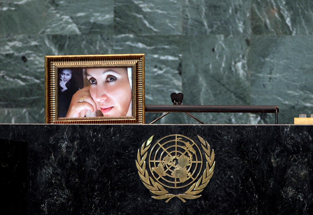 Benazir Bhutto fényképe a pódiumon maradt, miután férje Aszif Ali Zardari pakisztáni elnök felszólalt az ENSZ székházában.
