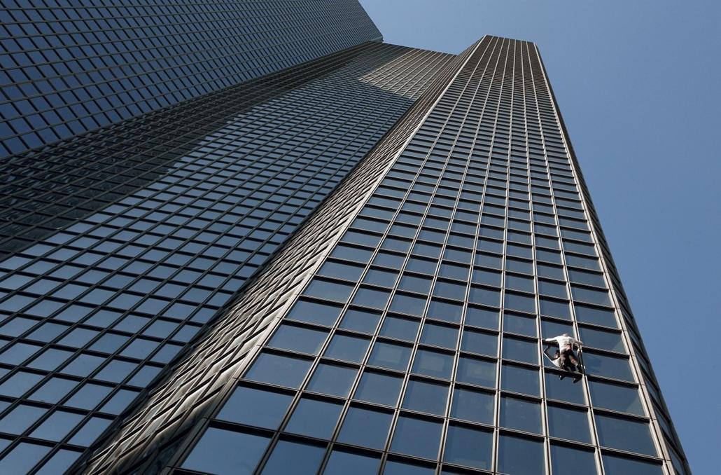 afp.14.03.20. - La Défense, Franciaország: a francia ''pókember'' Alain Robert a Total 186 méter magas székházának mászása közben - 7képei