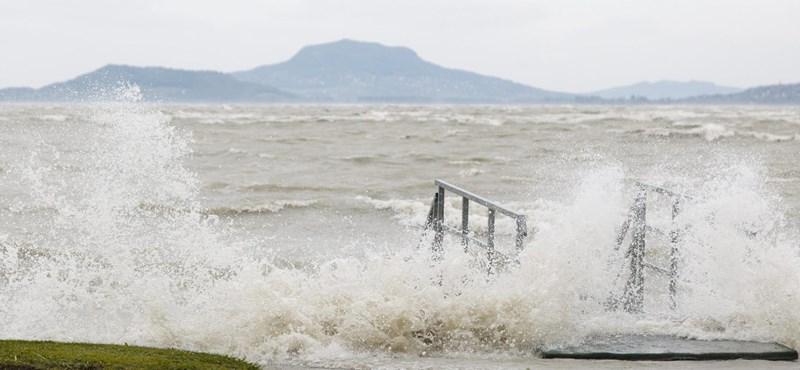Úszókat mentettek ki a viharos Balatonból