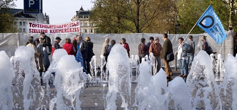 Ledöntötték a Szabadság téri emlékmű kordonját