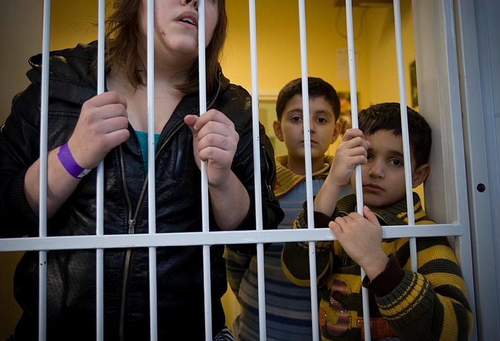 Menekültek elfogás után a rendőrségi fogdán - embercsempészek, menekültek, illegális határátlépés, határőrség, rendőrség,